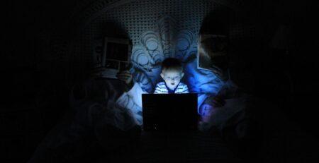 Ovako vaš mozak reagira kada gledate u mobitel prije spavanja