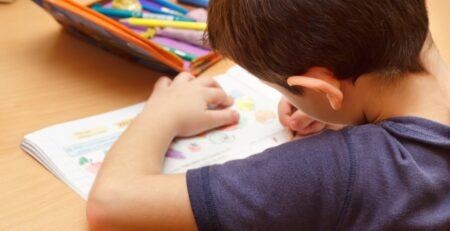 Kako pomoći djetetu u pisanju zadaća i učenju