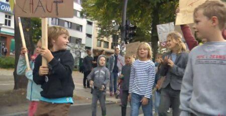 Djeca marširala zbog roditeljske ovisnosti: Dolje pametni telefoni! Igrajte se s nama