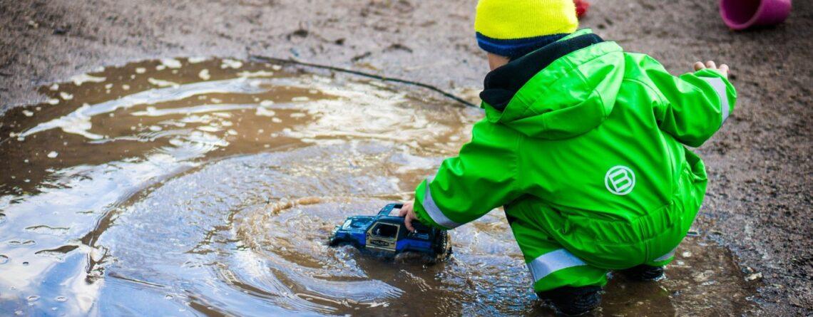 Skakanje po blatu život znači - djetetov posao su igra i istraživanje