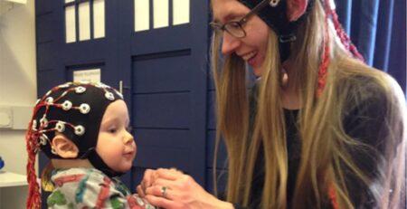 Majčin i bebin mozak snažnije su usklađeni i povezani kad je majka sretna