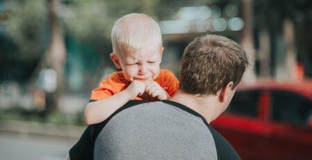 Kako plakanje koristi dječacima: snažan um i sretno srce