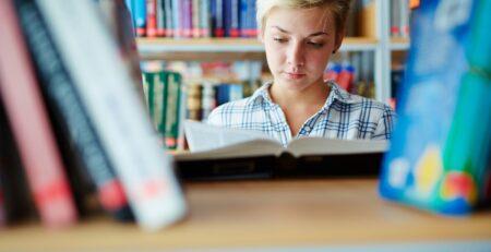 Mladi koji odrastaju okruženi knjigama poboljšavaju svoje čitalačke