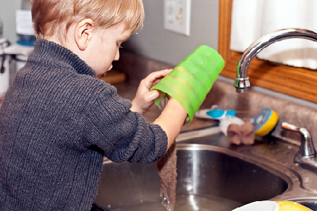 Uključivanje djeteta u kućanske poslove izuzetno je važno i korisno